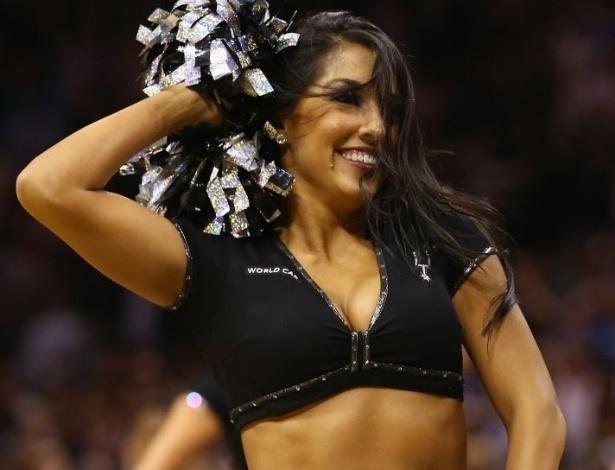 21.abr.2013 - Cheerleader anima torcedores dos Spurs na partida contra os Lakers