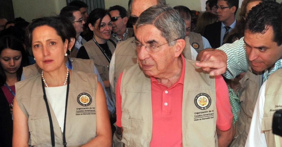 21.abr.2013 - Chefe da missão de observadores da OEA (Organização dos Estados Americanos), Oscar Arias, inspeciona local de votação em Assunção (Paraguai). Mais de três milhões de paraguaios vão às urnas neste domingo (21) nas sextas eleições realizadas desde a redemocratização no país, em 1989