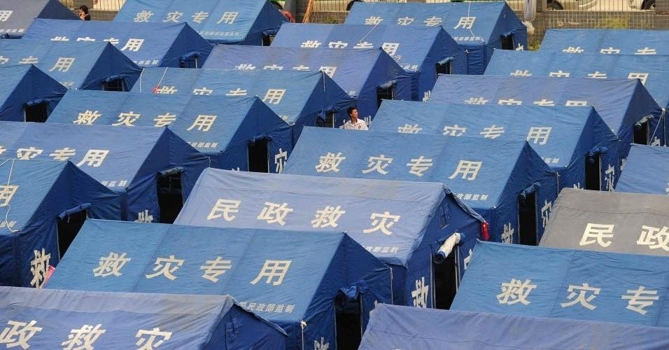21.abr.2013 -  21.abr.2013 -  Moradias improvisadas são disponibilizadas para população atingida por forte terremoto em Sichuan (China).  Milhares de equipes militares e cidadãos tentavam  resgatar as vítimas e ajudar os feridos do terremoto, segundo informações da agência AFP