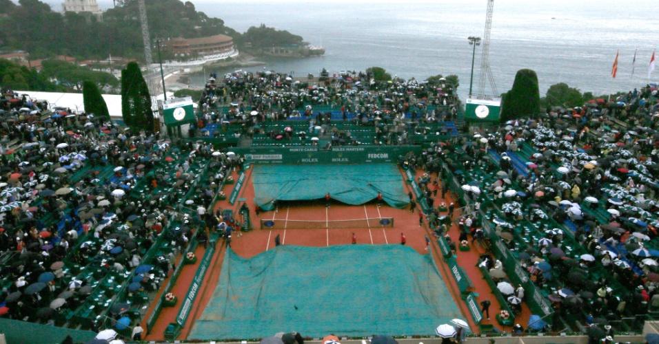 21.abr.2013 - Chuva atrapalha o início do jogo entre Novak Djokovic e Rafael Nadal em Monte Carlo