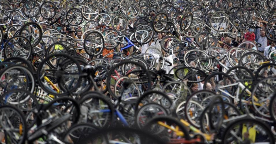 21.abr.2013 - Ciclistas da Hungria realizam manifestação para incentivar o uso de bicicletas como meio de transporte no país