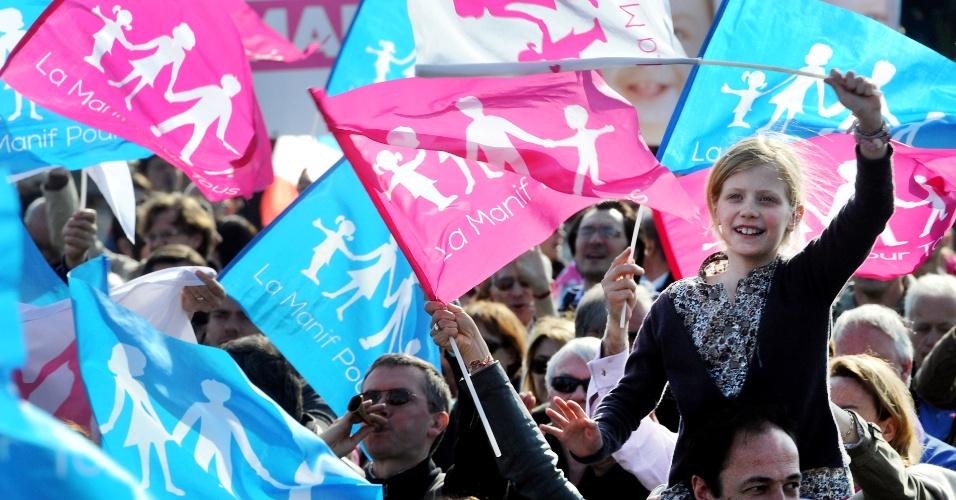 21.abr.2013 - Criança segura bandeira durante protesto em Paris contra a aprovação de lei que permitirá o casamento e a adoção de crianças por casais gays na França