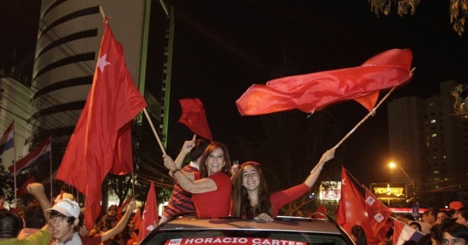21.abr.2013 - Eleitores comemoram, em Assunção (Paraguai), a eleição de Horacio Cartes-- do Partido Colorado--, como presidente do Paraguai. Com a vitória, os colorados, que governaram o Paraguai entre 1947 e 2008, voltam ao comando o país. O segundo lugar ficou com o Efraín Alegre, do Partido Liberal Radical Autêntico (PLRA), adversário histórico dos colorados. Cartes assume o cargo em agosto deste ano