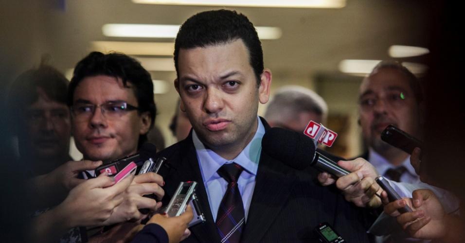 21.abr.2013 - Fernando Pereira da Silva, promotor titular no julgamento do massacre no Carandiru fala com jornalistas ao sair do Fórum da Barra Funda, na zona oeste de São Paulo, onde aconteceu o júri do caso