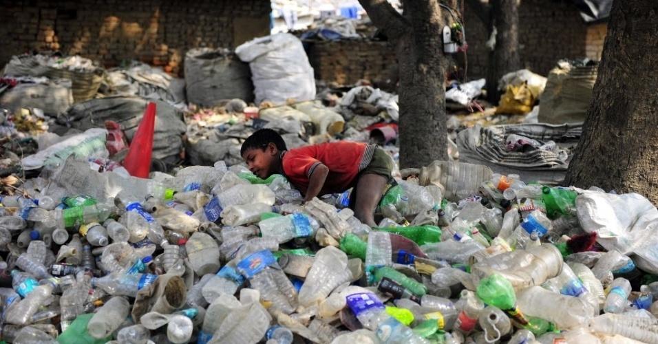 21.abr.2013 - Garoto indiano brinca em cima de pilha de garrafas jogadas no lixo em zona carente de Allahabad (Índia). O país tem a terceira maior economia da Ásia, somente atrás de China e Japão e vem melhorando seus índices de combate à miséria Mas as melhorias não atingem a todos os indianos. Segundo o Banco Mundial, 42% (455 milhões de pessoas) dos indianos ainda vivem abaixo da linha da pobreza