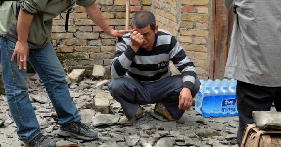 21.abr.2013 - Homem consola pai de vítima do terremoto na China. Ele perdeu o filho de 15 anos por causa dos tremores que atingiram a região de Sichuan, no sudoeste chinês, em mataram mais de cem pessoas, além de terem ferido cerca de 6.000