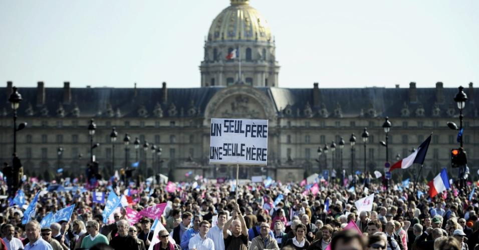 """21.abr.2013 - Homem segura cartas onde se lê """"apenas um pai, apenas uma mãe"""", em frente ao Hotel des Invalides, em Paris, durante protesto contra o casamento gay"""