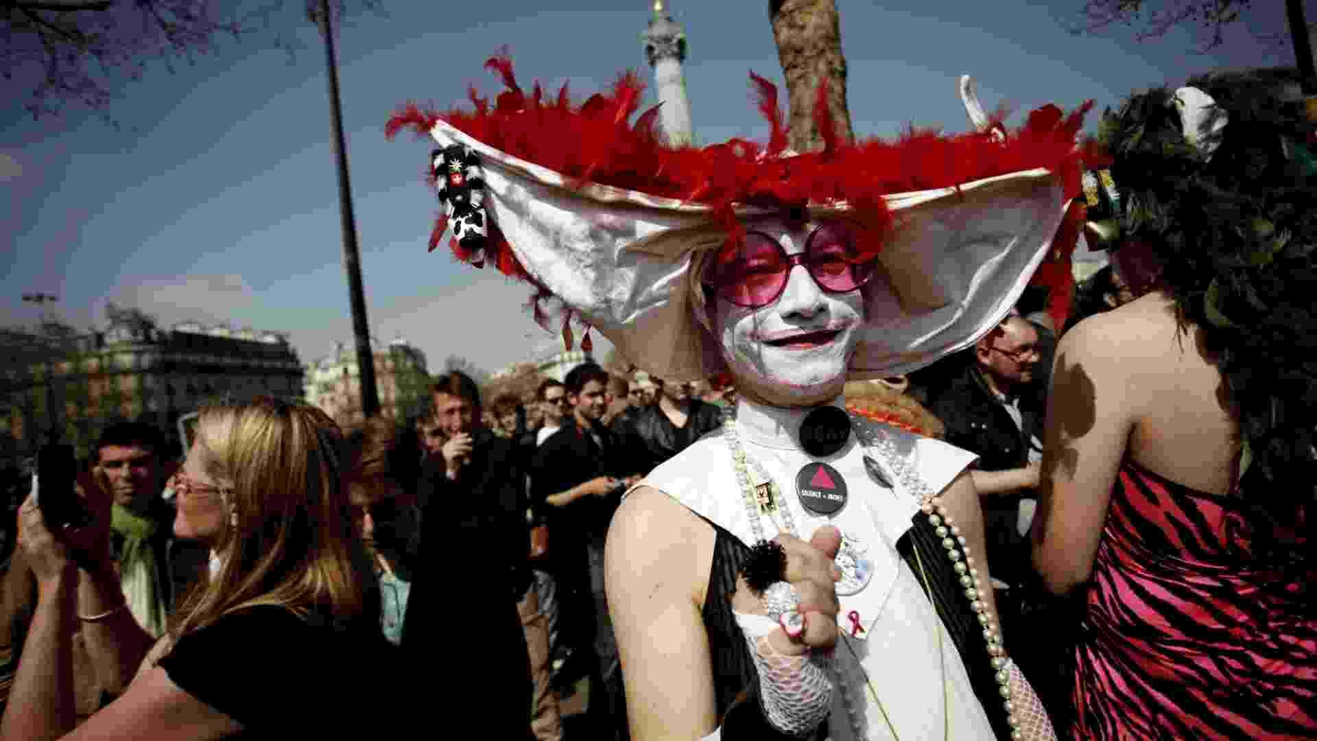 21.abr.2013 - Manifestante participa de protesto em Paris contra a homofobia. Manifestaçãop ocorre dois dias antes do parlamento francês votar uma lei que pode tornar a França no 14º país do mundo a legalizar a união entre pessoas do mesmo sexo - Guillaume Baptiste/ AFP