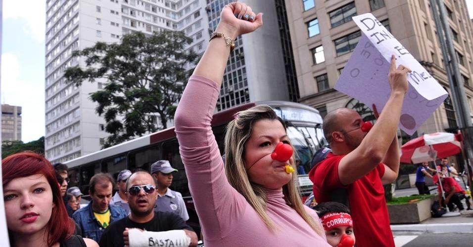 21.abr.2013 -  Manifestantes realizam passeata neste domingo (21) na avenida Paulista, região central da cidade de São Paulo, como parte do movimento Dia do Basta à Corrupção. O movimento, que ocorreu em 78 cidades do Brasil ao longo desta semana, pede o fim do voto secreto, o fim do foro privilegiado, a caracterização de corrupção como crime hediondo, além da rejeição à PEC 37/2011, que limita o poder de investigação do Ministério Público