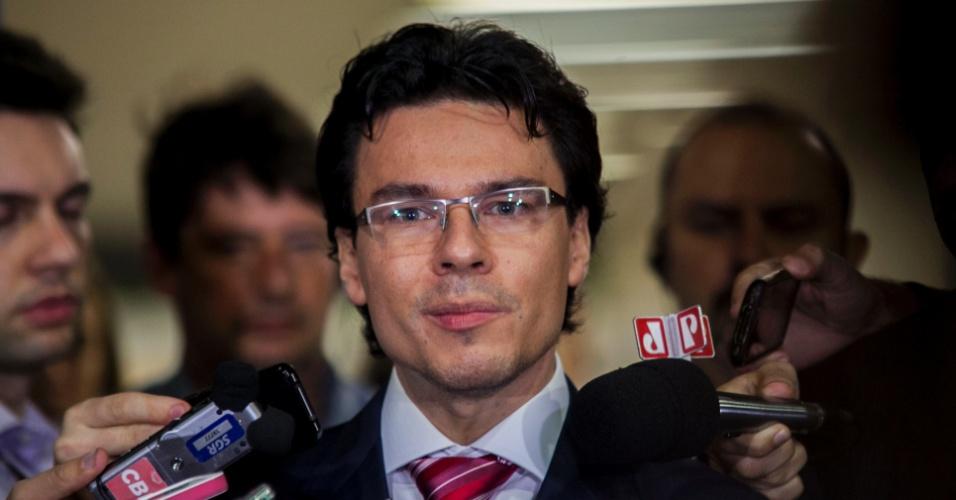 21.abr.2013 - Marcio Friggi, promotor no julgamento do massacre do Carandiru, fala com jornalistas ao sair do Fórum da Barra Funda, na zona oeste de São Paulo, onde aconteceu o júri do caso