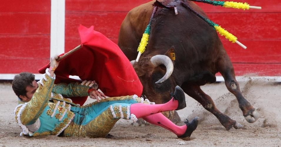 21.abr.2013 - Mexicano Arturo Saldivar é derrubado por touro durante tourada em San Marcos de Aguascalientes (México)