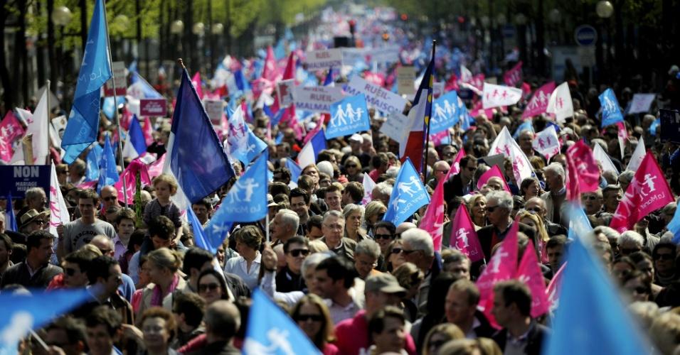 21.abr.2013 - Milhares de opositores ao casamento entre pessoas do mesmo sexo marcharam por Paris agitando bandeiras nas cores rosa e azul neste domingo