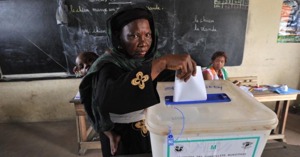 21.abr.2013 - Mulher marfinense vota para a escolha de prefeito. A Costa do Marfim realiza eleições municipais neste domingo