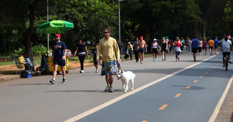 21.abr.2013 - O frio de 16º C no início da manhã deste domingo (21) não espantou os frequentadores do Parque do Ibirapuera, em São Paulo