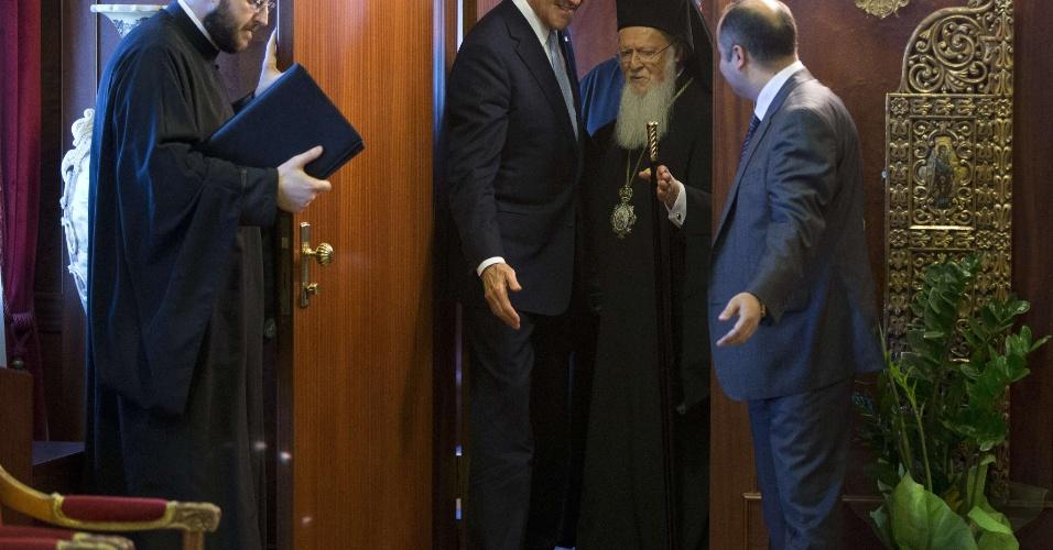 21.abr.2013 - O secretário de Estado norte-americano John Kerry recebe o líder ortodoxo Bartolomeu I em Istambul