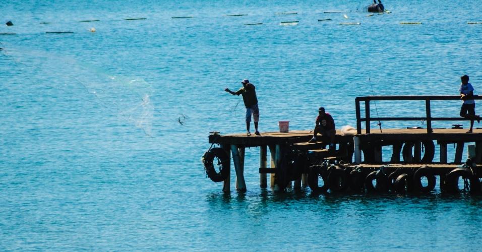 Pescador aproveita domingo na praia do Matadeiro em Florianópolis (SC)