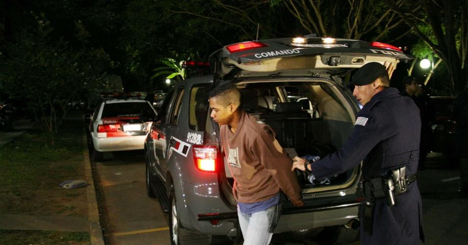 21.abr.2013 - Policiais da Rota (Rondas Ostensivas Tobias Aguiar) prendem dois suspeitos de terem matado a secretária Daniela Nogueira de Oliveira, que foi assassinada aos no dia 8 de janeiro deste ano quando estava grávida de nove meses. A prisão aconteceu em uma comunidade da zona sul de São Paulo, na noite deste sábado (20). O crime ocorreu após uma tentativa de assalto na região do Campo Limpo, na qual a jovem de 25 anos acabou baleada na cabeça. Segundo os policiais, os suspeitos confessaram o crime detalhadamente