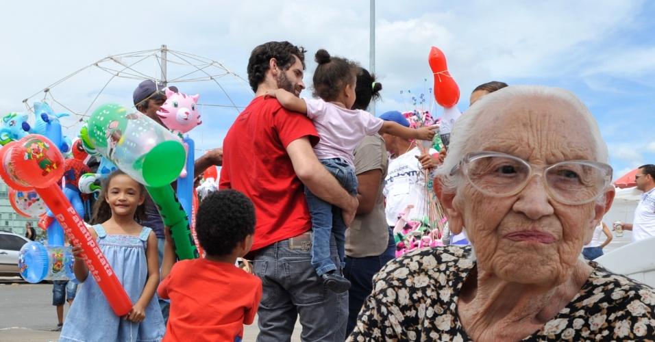 21.abr.2013 - População  aproveita diversas atividades culturais e esportivas que ocorrem em Brasília, neste domingo (21). A capital do país completa 53 anos
