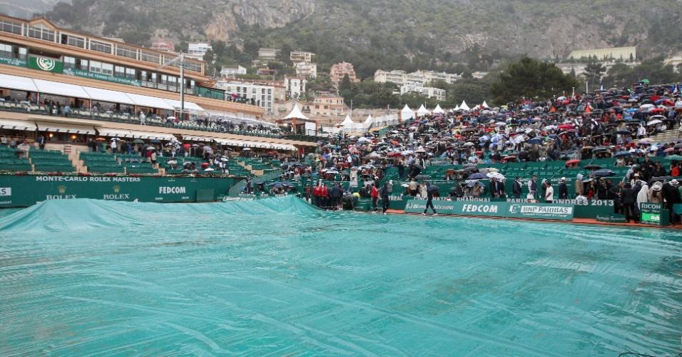 21.abr.2013 - Quadra teve de ser coberta para proteger o saibro da chuva que caiu em Mônaco e atrasou o início da partida entre Nadal e Djokovic