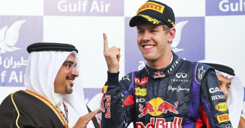 21.abr.2013 - Sebastian Vettel comemora no pódio a sua vitória no GP do Bahrein