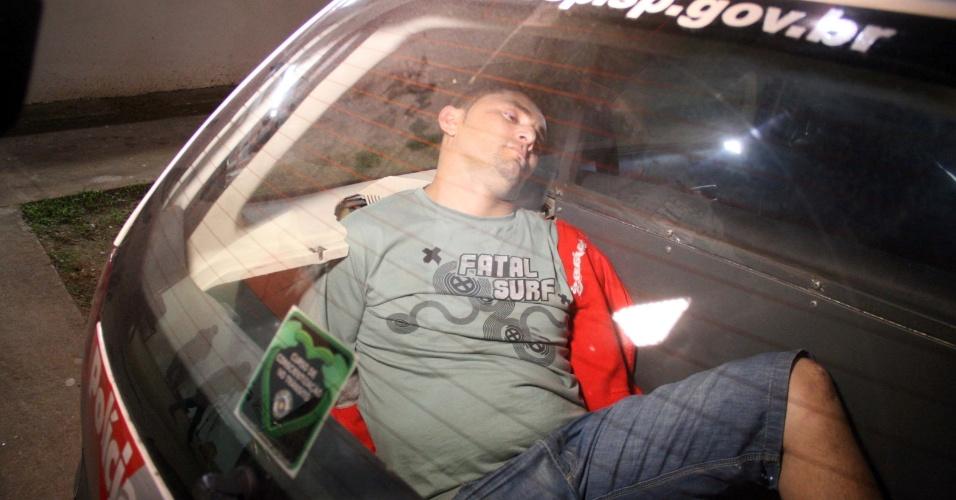 21.abr.2013 - Suspeito é preso após matar a tiros seu companheiro, na Rua General Almério de Moura, no bairro do Morumbi, na zona sul de São Paulo. Segundo os policiais, ele estava embriagado e confessou o crime, que aconteceu na noite deste sábado (20). Após ser colocado na viatura, o suspeito acabou dormindo. Foram apreendidas com ele uma arma e cápsulas deflagradas. O caso foi encaminhado ao plantão do 89° Distrito Policial, no Morumbi