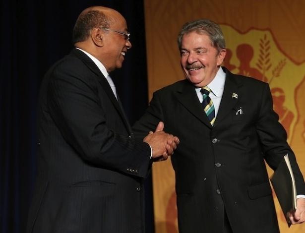 21.abr.2013-  Lula cumprimenta o empreendedor africano das telecomunicações Mo Ibrahim, durante o jantar anual da Africare, em Washington (EUA), no último sábado (20). Os homenageados da noite foram o presidente americano Barack Obama e  Mo Ibrahim