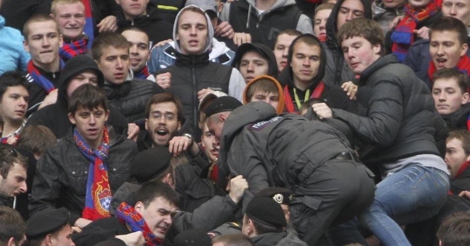 Policial se infiltra no meio da torcida do CSKA antes de clássico russo  contra o Spartak 27f5a02f43b09