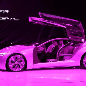 Por outro ângulo e outra iluminação, Buick Riviera mostra portas asas-de-gaivota, exotismo típico (mas cada vez mais raro) de conceitos - Eugene Hoshiko/AP