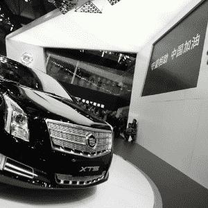 Sedã Cadillac XTS é a maior atração da marca de luxo da GM no Salão de Xangai 2013 - Eugene Hoshiko/AP
