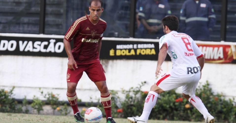 Titular do Fluminense, Felipe encara marcação de jogador do Bangu em jogo pelo Campeonato Carioca