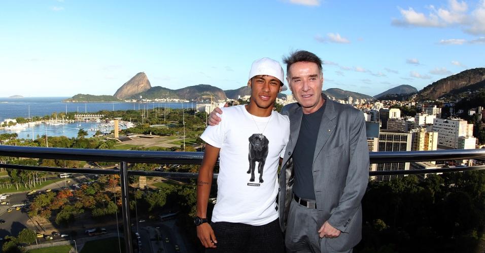09-07-2012: O jogador do Santos, Neymar, e Eike Batista posam para foto, no Rio de Janeiro (RJ), após assinatura de contrato