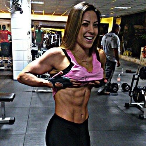 """21.abr.2013 - A ex-BBB Michelly Crisfepe postou uma foto no Instagram para mostrar que está com a barriga saradíssima. Ela diz que está treinando com foco no Arnold Sports Festival, que acontece no fim de semana, evento de fisiculturismo no qual ela irá representar uma marca de suplementos. Alguns dias antes ela havia postado suas fotos na capa da revista """"Muscle in Form"""""""