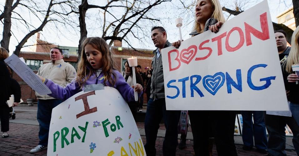 21.abr.2013 - Adriana Passacantilli, 7, e sua mãe participa de vigília à luz de velas para Roseann Sdoia, que está gravemente ferida após o atentado na Maratona de Boston