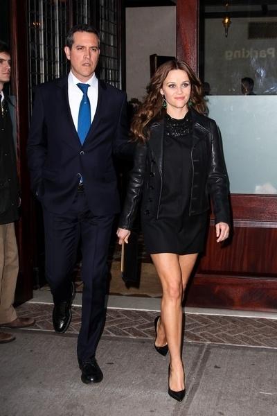 21.abr.2013 - Atriz Reese Witherspoon e o marido Jim Toth deixam hotel em Nova York, após serem detidos na Geórgia