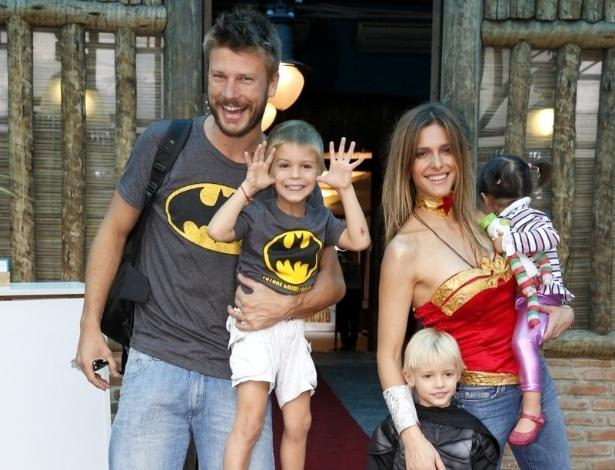 21.abr.2013 - Fernanda Lima e Rodrigo Hilbert chegam para o aniversário dos filhos João e Francisco, de 5 anos, em um buffet na Barra da Tijuca, no Rio. O casal ainda estava com a sobrinha, Betina
