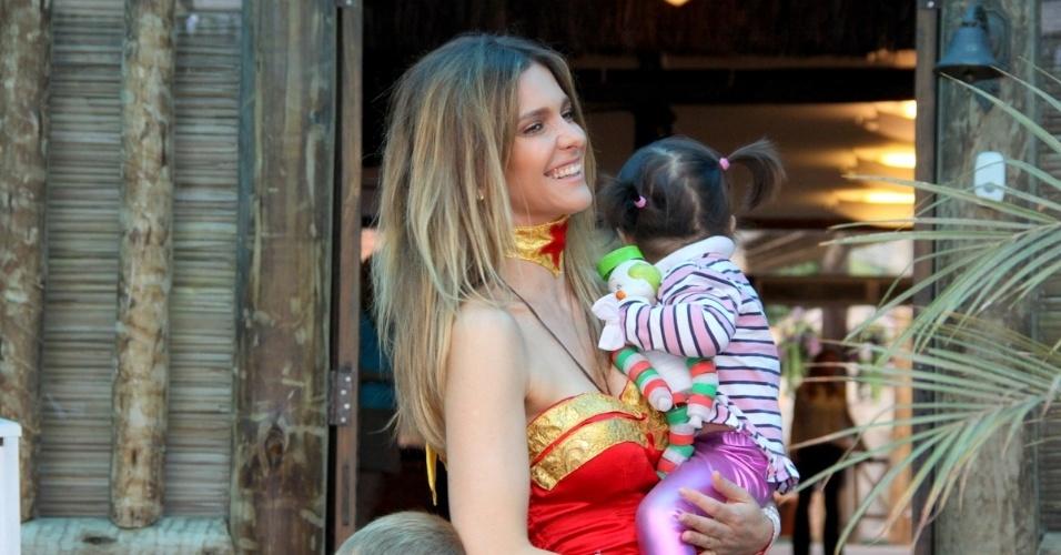 21.abr.2013 - Fernanda Lima segura a sobrinha, Betina, ao chegar para o aniversário dos filhos João e Francisco, de 5 anos. A comemoração aconteceu em um buffet na Barra da Tijuca, no Rio