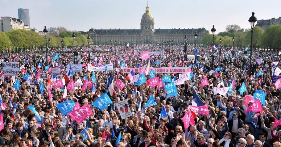 21.abr.2013 - Milhares de pessoas contrárias ao casamento homossexuais protestaram nas ruas de Paris (França) dois dias antes da votação que decidirá sobre a legalização da união no país