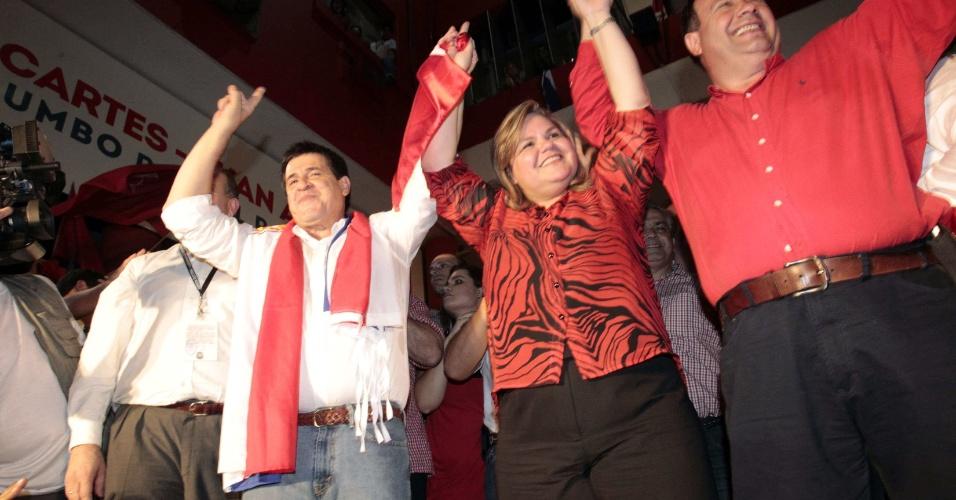 21.abr.2013 - O presidente eleito do Paraguai, Horacio Cartes, comemora a vitótia nas eleições junto ao vice-presidente, Juan Afara, acompanhados da presidente do partido Colorado, Lilian Samaniego. As eleições ocorrem em menos de um ano após a saída de Fernando Lugo da Presidência do Paraguai