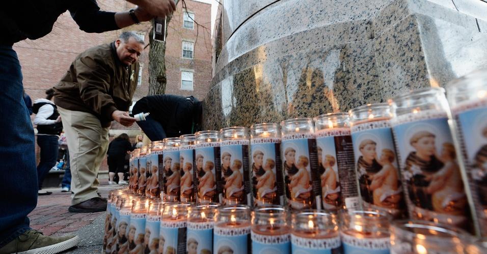 22.abr.2013 - Pessoas acendem velas em vigília em homenagem às vítimas do atentado na Maratona de Boston que matou três pessoas e deixou mais de 170 feridas