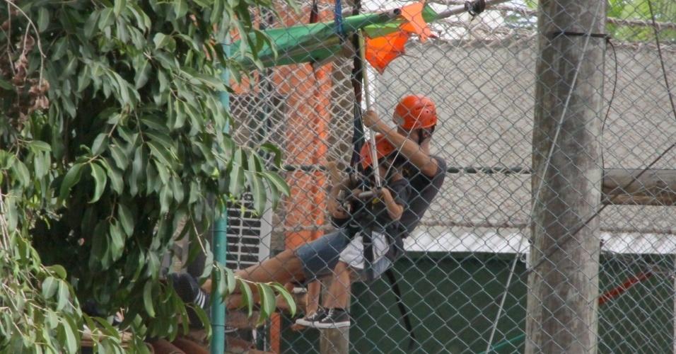 21.abr.2013 - Rodrigo Hilbert brinca com os filhos João e Francisco durante a festa de aniversário de 5 anos dos dois. A comemoração aconteceu em um buffet na Barra da Tijuca, no Rio