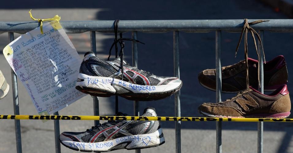 21.abr.2013 - Tênis de corrida são colocados em memorial em homenagem às vítimas do atentado na Maratona de Boston, na interseção entre a Newbury street e a Darthmouth street, em Boston, Massachusetts (EUA)