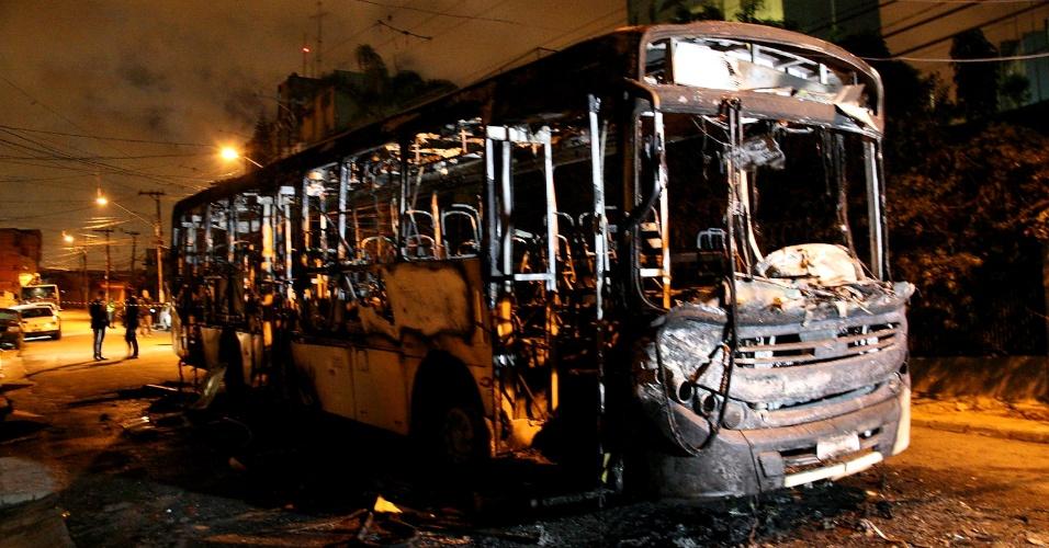 22.abr.2013 - Ônibus foi incendiado na noite deste domingo (21) na rua Arbela, em Itaquera, zona leste de São Paulo. De acordo com a polícia, a ação foi uma resposta à decisão da PM de coibir a realização de bailes funk na região. Ainda segundo a polícia, oito homens encapuzados entraram no veículo e mandaram os passageiros, motorista e cobrador saírem. Em seguida, o grupo ateou fogo ao ônibus. Ninguém ficou ferido