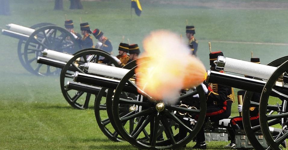 22.abr.2013 - A Artilharia Real da Inglaterra dispara tiros de canhões no Green Park, em frente ao palácio de Buckingham, em Londres, nesta segunda-feira (22), em saudação pelos 87 anos da rainha Elizabeth 2ª, celebrados neste domingo (21)