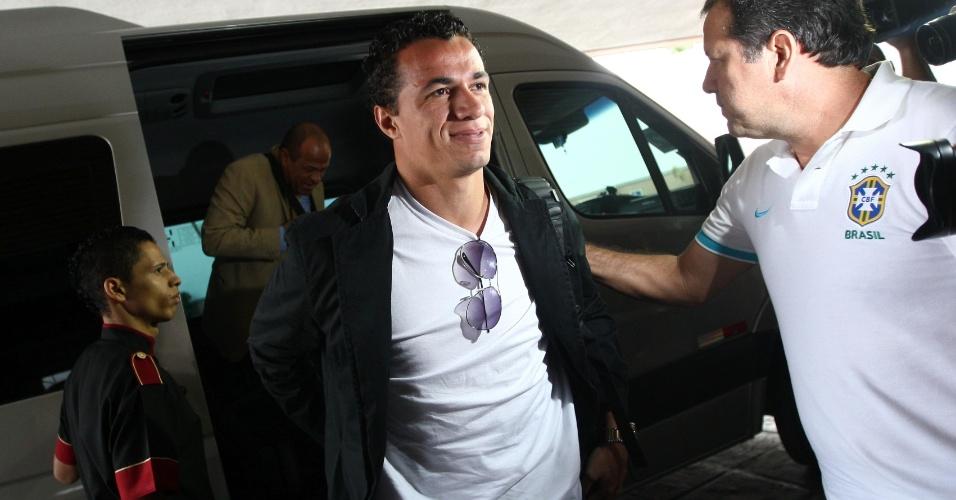 22.abr.2013 - Atacante Leandro Damião, do Internacional, desembarca em Belo Horizonte para se juntar à seleção brasileira