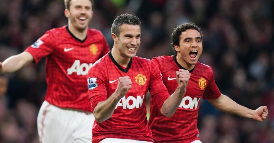 22.abr.2013 - Atacante Robin Van Persie comemora com o lateral brasileiro Rafael após abrir o placar para o Manchester United contra o Aston Villa