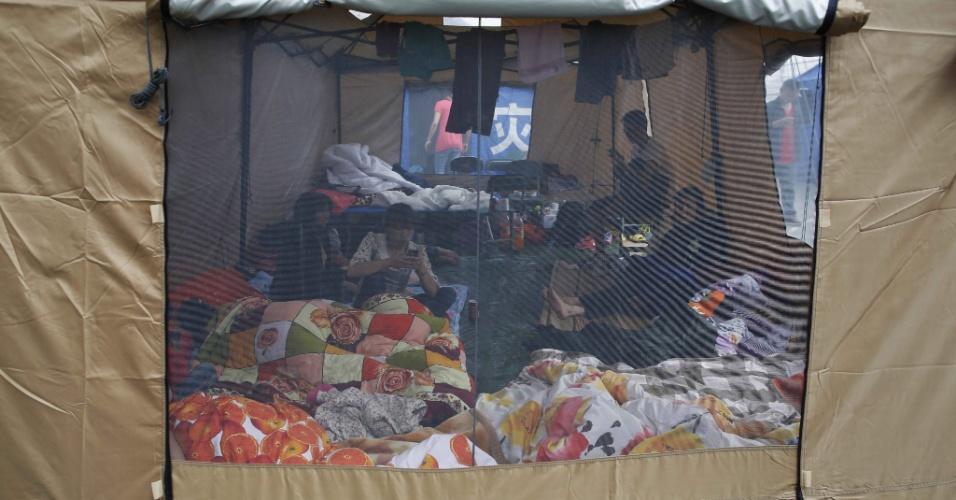 22.abr.2013 - Atingidos por terremoto acampam em tenda no condado de Lushan, na província chinesa de Sichuan, após terremoto de magnitude 6.6 que atingiu a província no último sábado (20). O sismo causou mais de 180 mortes e deixou mais de 11 mil pessoas feridas