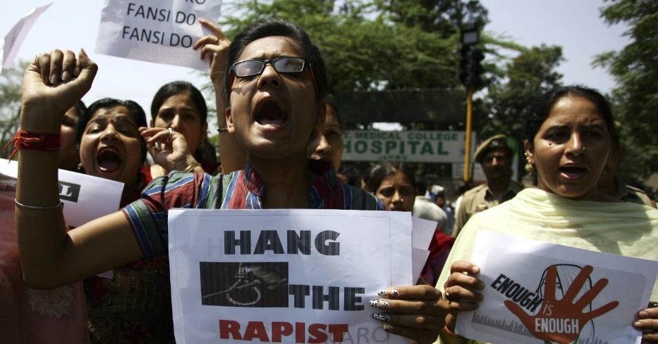 22.abr.2013 - Ativistas protestam em Jammu, na Índia, com cartazes que pedem a pena de morte dos estupradores de uma menina de cinco anos, que foi estuprada e torturada durante dois dias em Nova Déli, na última semana. A polícia indiana deteve um homem suspeito de ter cometido o crime. A menina, estuprada brutalmente durante dois dias, está hospitalizada. O caso gerou grandes protestos no país