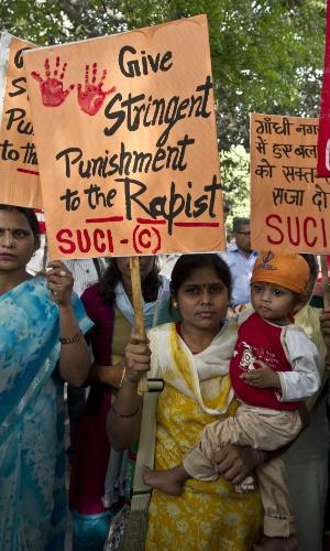 22.abr.2013 - Ativistas protestam em Nova Déli, na Índia, por rigor na punição dos estupradores de uma menina de cinco anos, que foi estuprada e torturada durante dois dias na última semana. A polícia indiana deteve um homem suspeito de ter cometido o crime. A menina, estuprada brutalmente durante dois dias, está hospitalizada. O caso gerou grandes protestos no país
