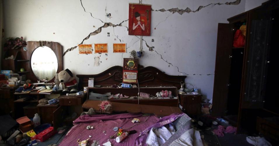 22.abr.2013 - Casa em Longmen, no condado de Lushan, na província de Sichuan, na China, fica danificada após o terremoto de magnitude 6.6 que atingiu a província chinesa de Sichuan no último sábado (20). O sismo causou mais de 180 mortes e deixou mais de 11 mil pessoas feridas; 21 pessoas estão desaparecidas. Mais de 2,3 mil réplicas (tremores de menor intensidade) registrados em Lushan, na província de Sichuan, dificultam os trabalhos de resgate de vítimas