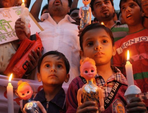 22.abr.2013 - Crianças indianas seguram bonecas durante protesto contra o estupro de uma menina de cinco anos, em Amritsar, na Índia. De acordo com as investigações, a menina desapareceu na última na segunda-feira e só foi encontrada na quarta, quando a família descobriu que ela estava na casa de um vizinho do mesmo edifício, que foi detido no nortista Estado de Bihar, ao escutar seus gritos. Um segundo suspeito envolvido neste caso de estupro foi detido ontem. Os agressores estupraram a menina em repetidas ocasiões